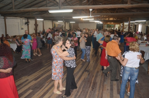 Terceira Idade se divertiu no baile do Grupo Conviver
